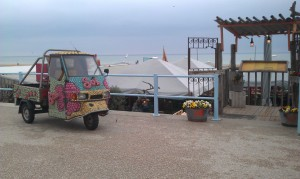 Autó kagylócskákkal a tengerparton